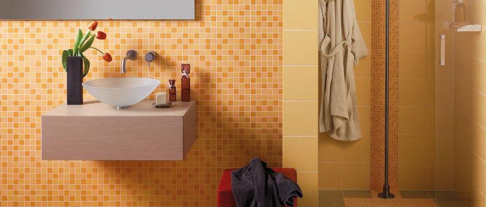 Piastrelle Bagno Arancione: Lappartamento ha due bagni uno con rivestimenti e piastrelle.